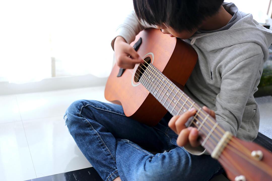 ギターを弾いてみたい子供の方